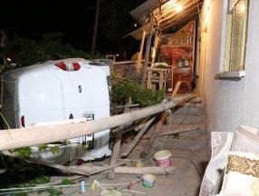 Aksaray'da otomobil müstakil evin bahçesine düştü