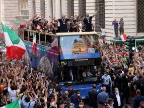 Şampiyon İtalya, Roma'da şampiyonluk turu attı