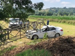 Sakarya'da 3 tonluk yüksek gerilim hattı direği, otomobilin üzerine devrildi