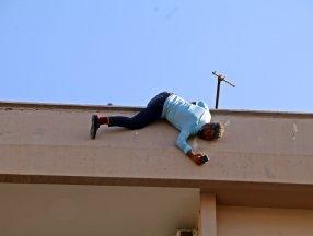 Antalya'da intihar etmek için çatıya çıkan şahıs kontrol altına alındı