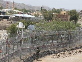 Pakistan, Afganistan sınırına mültecileri engellemek için tel örgü çekiyor