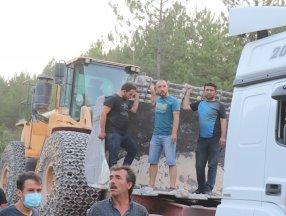 Denizli'de vatandaşlar yangınlara karşı destekte bulunuyor.
