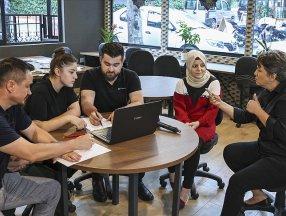 İşitme engelli üniversite adayları ve aileleri, işaret diliyle tercih desteği alıyor