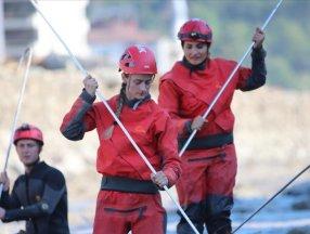 Jandarmanın kadın personeli Ezine Çayı'nda kayıpları arıyor