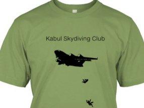 Afganistan'da uçaktan düşen insanların resmedildiği tişörtler ABD'de satışta