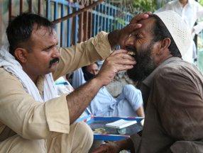 Pakistan'da sokak dişçilerine rağbet arttı