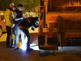Sivas'ta yolun karşısına geçmeye çalışan kadın çöp kamyonunun altında kaldı