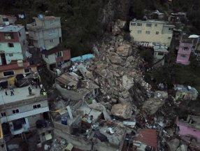 Meksika'da yamaçtan kopan dev kayalar evlerin üzerine düştü: 1 ölü 10 kayıp