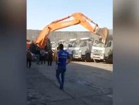 Şırnak'ta ortağına kızdı, kamyonları kepçeyle ezdi