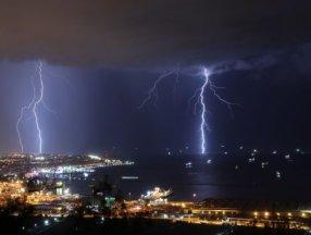 İskenderun'da şimşekler geceyi aydınlattı