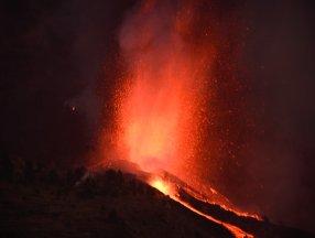 Kanarya Adaları'nda lavlar püskürünce 5 bin kişi tahliye edildi