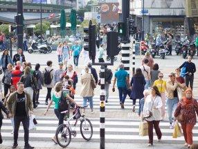 Hollanda'da sosyal mesafe kuralı kalktı