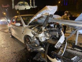 Ataşehir TEM Otoyolu'nda bariyer otomobile saplandı: 2 yaralı