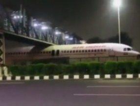 Hindistan'da uçak köprünün altına sıkıştı