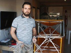 Denizli'de evinde uçak gövdesi yaparak, balkonundan aşağıya indirdi