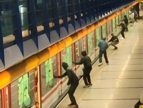 Çekya'da bir grup metroyu boyayarak, yolcularla kavga etti